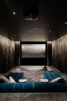 Cine en casa. Colores oscuros; cortinas; suelo enmoquetado; luz ambiente