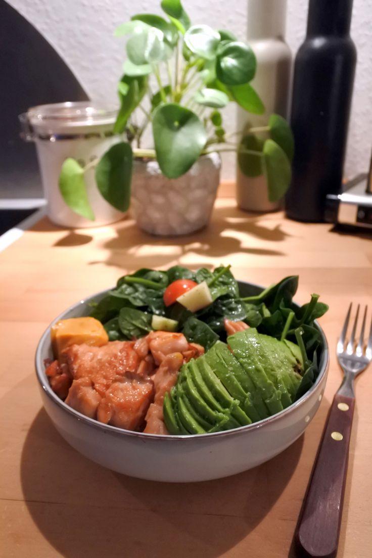 Kvällens middag. Lättstekt lax, sallad, avokado och chilimayo i nya skålarna.