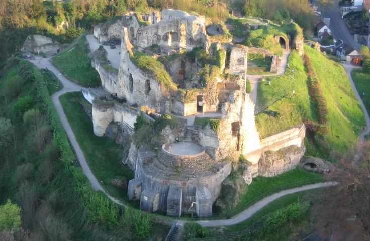 Bezoek de Kasteelruïne van Valkenburg aan de Geul. Ga terug naar de tijd van ridders en jonkvrouwen. Wandel door de ridderzaal, de wapenkamer en kapel van Nederlands enige hoogteburcht. Sinds 1050 is dit het baken van Valkenburg en haar omgeving.   Voor meer bezoekersinformatie: http://www.kasteelvalkenburg.nl/  #mergel #fluweelengrot #Valkenburg #Limburg #kastelen #ruine #familie