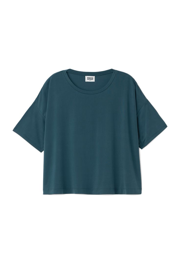 The Carrie Cupro combines the laidback slouchy style with a lux touch of a super soft material. This boxy cropped T-shirt has a round neck, dropped shoulde
