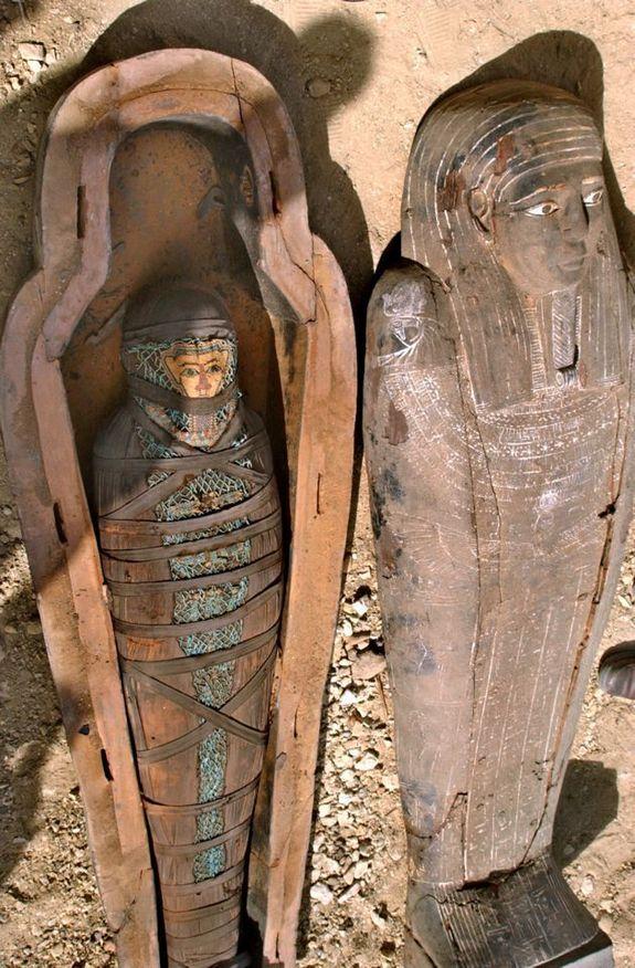 """Los arqueólogos exploran un año 2500 antigua tumba egipcia en 2005 encontraron tres ataúdes intrincados, con uno que contiene una momia increíblemente bien conservado. Uno de los arqueólogos llamaron quizás """"una de las momias mejor preservadas jamás."""""""