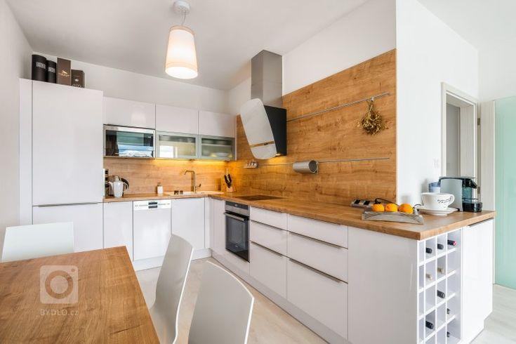 Realizace kompletního interiéru bytu 2+kk v Plzni. Montáž laminátové podlahy světlé barvy pro projasnění interiéru. Dveře v podobném odstínu s podlahou…