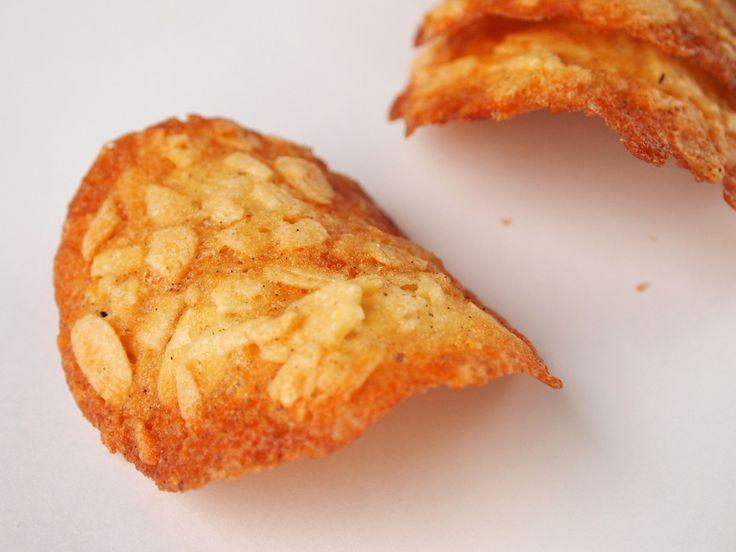 Après les financiers, une autre recette pour utiliser les blancs d'oeufs. J'ai trouvé cette recette sur le blog de Chantal Assiettes gourmandes. Jetez toutes vos recettes de tuiles aux amandes et gardez celle-là… elles sont à tomber par terre! Ingrédients (pour 20 tuiles): 125 g de sucre 125 g d'amandes effilées 1 gousse de vanille...Read More