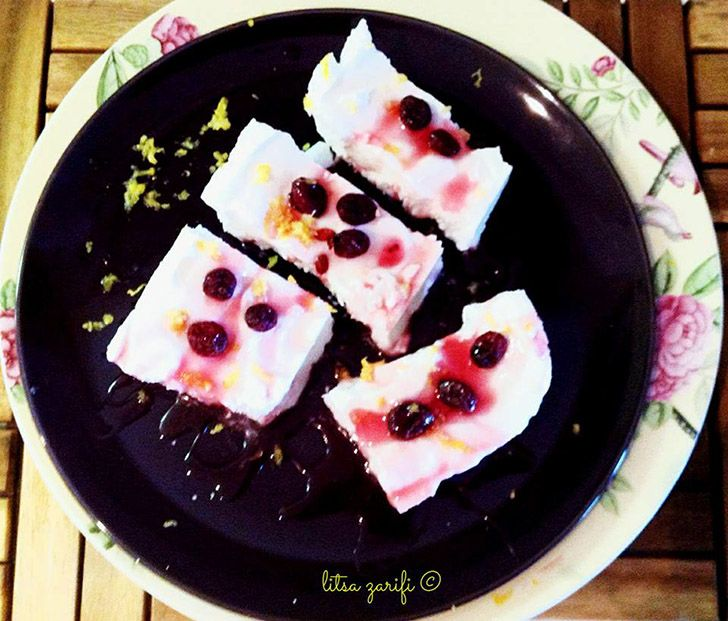 Παγωμένο κέικ λεμονιού με σως βατόμουρο