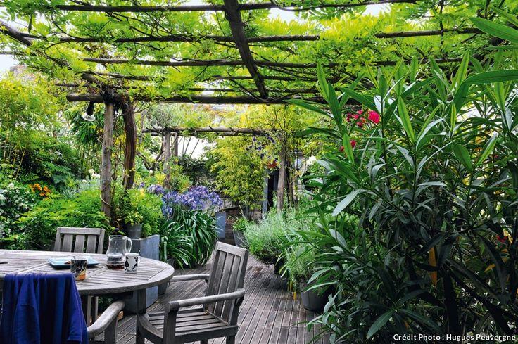 Si vous avez la chance de donner sur un toit terrasse, vous ne savez pas forcément comment l'aménager. Voici les conseils du paysagiste Hugues Peuvergne.