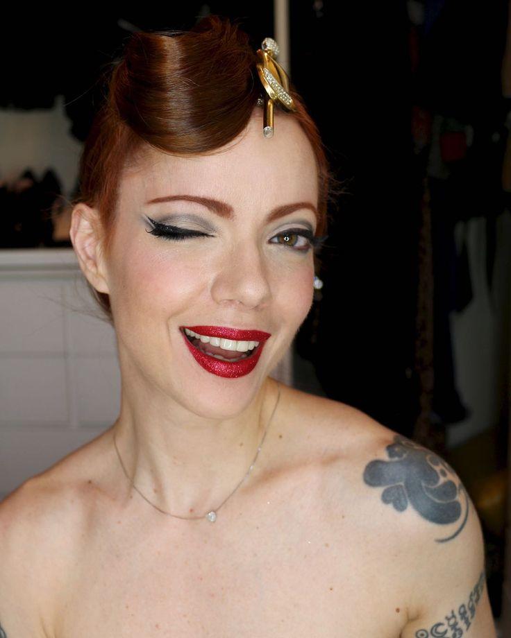 Julia Petit ensina maquiagem de carnaval estilo vintage com boca de glitter vermelho e cabelo em forma de...