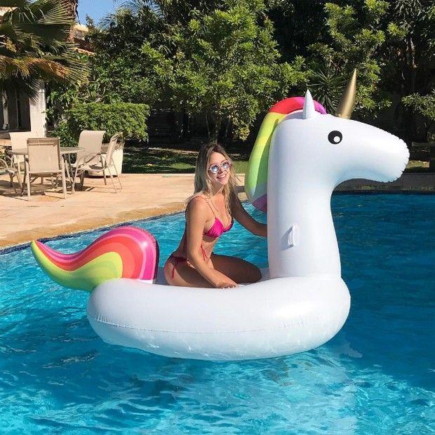 """De biquíni, mulher de Safadão posa na piscina e conquista elogios: """"Barbie"""""""