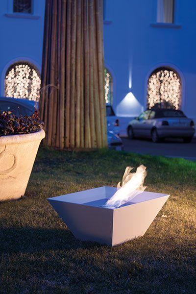 BOWL Vaso d'arredo rastremato a base quadrata. La particolarità e il design dell'oggetto permette l'utilizzo in giardino, al bordo piscina ma anche all'interno. Bowl è realizzato in metallo verniciato, realizzato nei colori della gamma ALTRO FUOCO.
