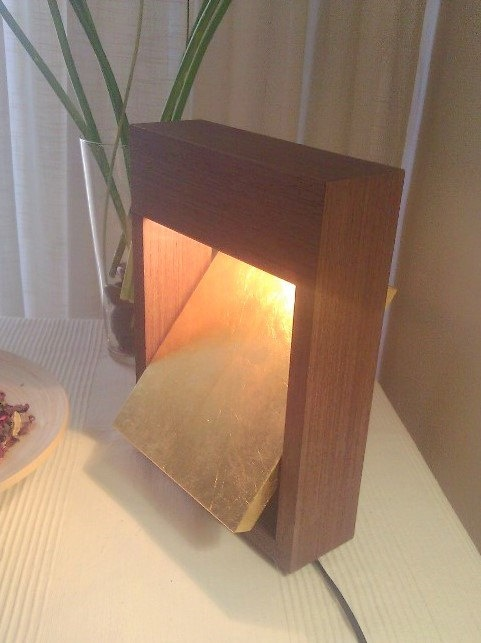 Lampara de mesa en madera de Wengue y reflector en por ARTECWOOD, €95.00