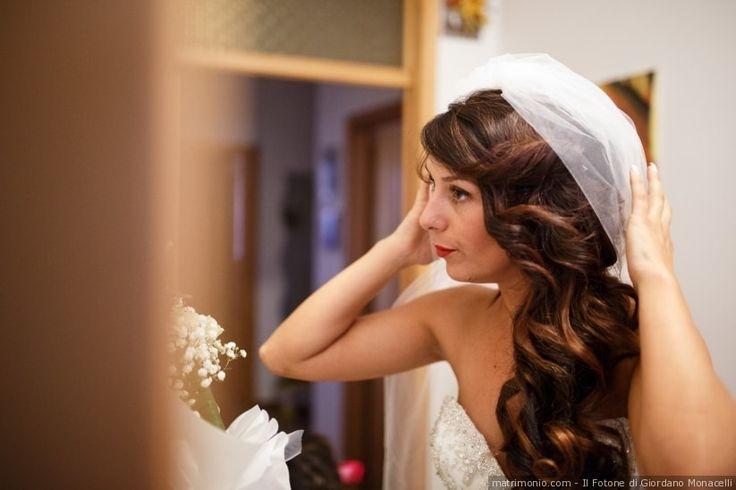 Coda laterale per sposa con capelli mossi e ondulati