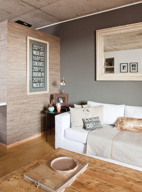 Living clásico y moderno en un departamento chico de San Fernando. Sillón blanco con textiles, mesa ratona en madera y hierro, y espejo para agrandar el espacio. Foto: Javier Csecs