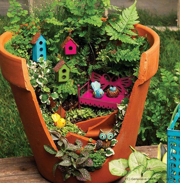Vasos quebrados viram arte e decoram pequenos jardins nas casas