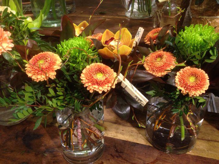 Binde buketter med Gerondo, chrysantemum, zymbidium og pil