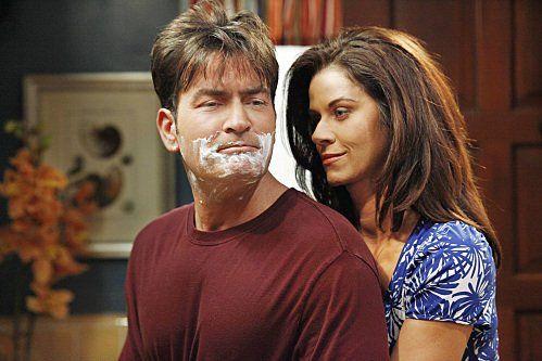 Still of Charlie Sheen and Jennifer Taylor in Doi barbati si jumatate (2003)