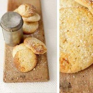 Взбейте масло и сахар в миске миксером (вилочкой/венчиком) до кремовой консистенции.