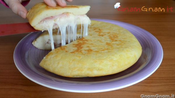 Mashed potato pie with ham & cheese filling ... get the recipe here >>> http://www.gnamgnam.it/2016/05/14/schiacciata-di-patate.htm