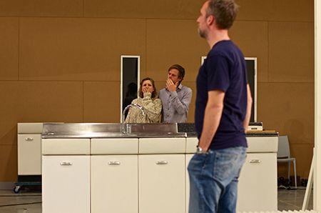 Repetitiefoto 'Who's Afraid of Virginia Woolf? Kirsten Mulder (Honey), Sanne den Hartogh (Nick) en Erik Whien (regie) foto: Casper Leemhuis