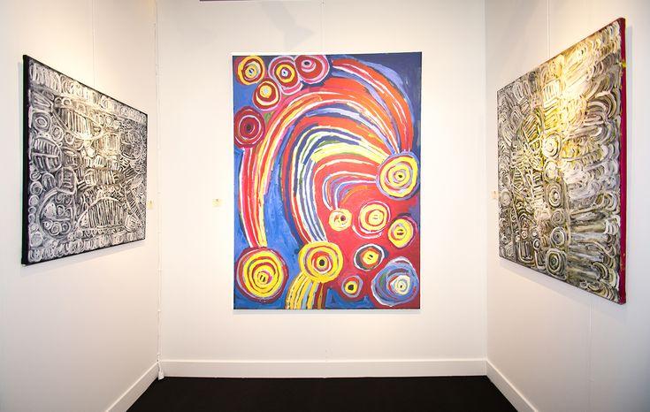 De gauche à droite : l'artiste Aborigène Sonia Kurarra en noir et blanc. L'artiste Barbara Moore au centre. Certaines de ces œuvres furent prêtées au Musée d'art Aborigène d'Utrecht dans le cadre d'une exposition sur le mouvement COBRA et l'art Aborigène d'Australie. #painting #aboriginal #aborigene #contemporain #design #art #peinture