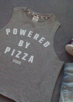 Kupuj mé předměty na #vinted http://www.vinted.cz/damske-obleceni/topy-se-spadlymi-rameny/17065642-nove-sede-tricko-powered-by-pizza-victorias-secret-pink