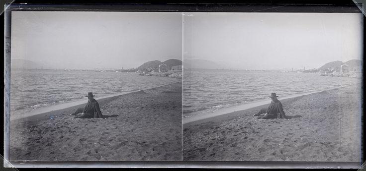 Fotografías Personales: Ricardo Orueta en la playa. Málaga. Negativo estereoscópico de gelatino-bromuro sobre placa de vidrio, 6x13 cm. http://aleph.csic.es/F?func=find-c&ccl_term=SYS%3D000067893&local_base=ARCHIVOS