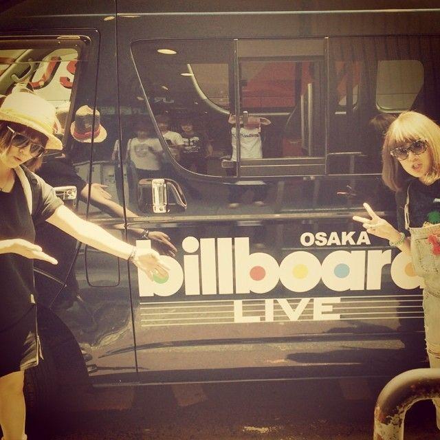 Instagram media by ami_onuki - 今日は大阪ビルボードライブ‼︎ ビルボード号でお出迎えしてもらいました  #billboardlive #車体に映るドラマーとベーシスト #由美ちゃんがこの帽子くれますように