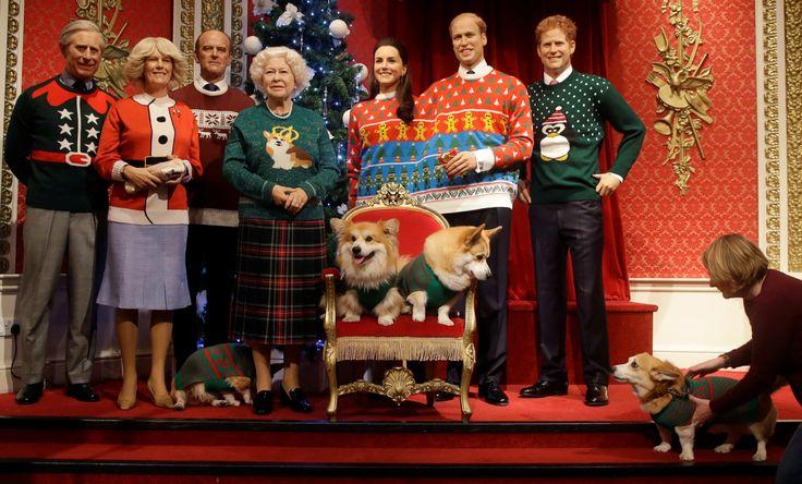Los Corgi de Pembrokeshire Galés con los modelos de cera de la familia real británica temáticos de Navidad para una campaña de caridad de Navidad Jumper Day en en museo Madame Tussauds en Londres, Los miembros de la familia real, el príncipe Carlos...