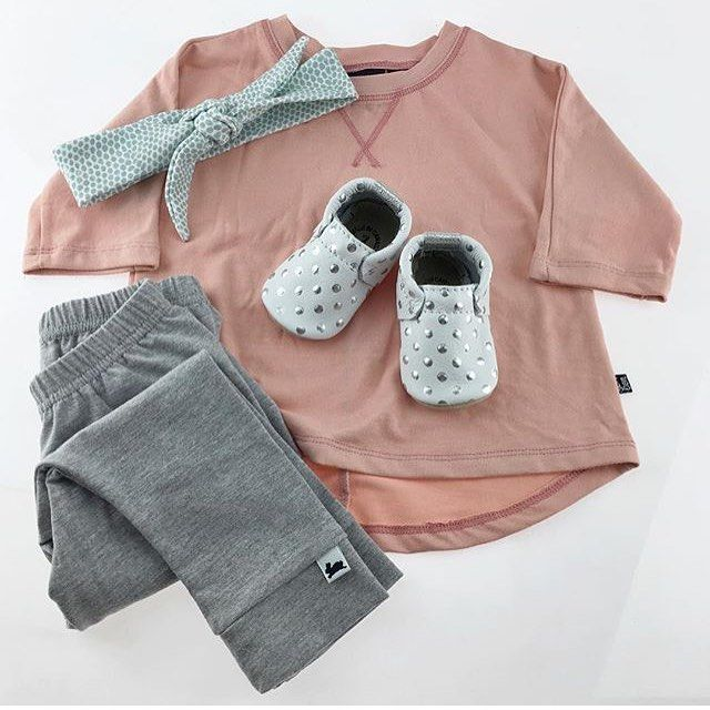 Even though we're mostly about prints at Little & Lively, we think this simple outfit is totally swoon worthy and it includes our only solid coloured leggings! Also, these metallic dot @minimoc moccasins are . Photo via Minimoc #littleandlively #handmadeincanada #easteroutfitideas #Minimoc #leggings #babyclothes