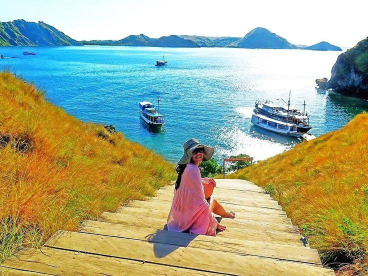 Finding your way.  Location : Padar Island, Komodo National Park Photo by : @tita_nugroho  . .  #pulaupadar #pulaukomodo #explorepulaukomodo #tukangjalan #tukangjalantrip #tukang_jalan  #komodotrip #sailingkomodo #gililawa #gililawadarat #tamannasionalkomodo #explorekomodo #padarisland #nusatenggaratimur #pesonaalam #pesonaindonesia #wonderfulindonesia #indonesiabagus #travel #travelling #liburanseru #exploreflores #ntt