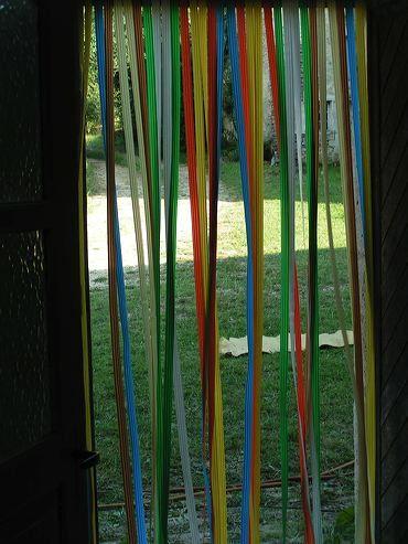 Le rideau en bandes plastiques, combien de fois étant petite j'ai failli m' étrangler. J ai compris le sens de ne pas courir en sortant.