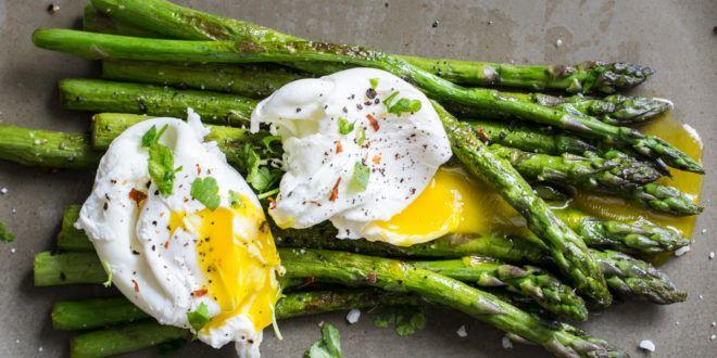 Gegrillter grüner Spargel mit pochierten Eiern – Low Carb!