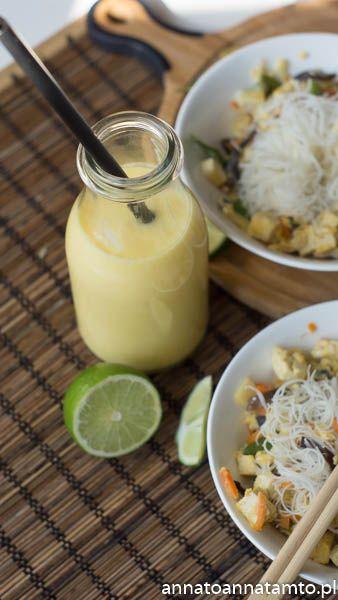 """Jak zwykle interesowała mnie kulinarna strona książki i rzeczywiście czytając natykałam się na opisy jedzenia jakie autorka mogła smakować w Indiach, Kambodży, Wietnamie, Malezji czy Tajlandii . I właśnie Tajlandia nas zainteresowała, bo sztukę gotowania zadaniem autorki Tajowie opanowali po mistrzowsku. Uwielbiają jeść często i wszędzie. Ich narodowe danie to""""pad thai""""czyli ryżowy makaron gotowany z dodatkiem sosu rybnego, tamaryndowca i limonki."""