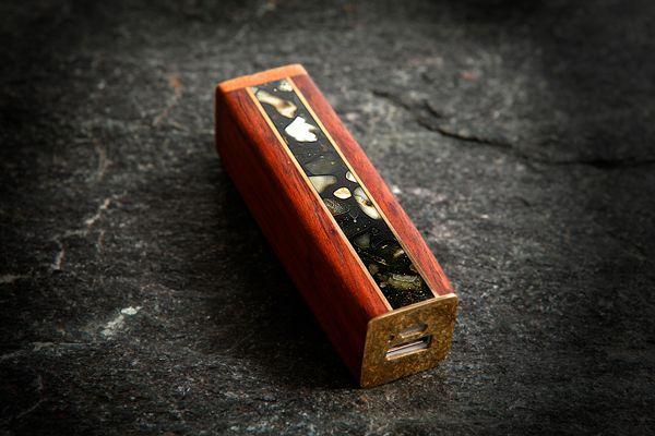 Зарядник-аккумулятор для айфонов из янтаря , красного дерева и латуни