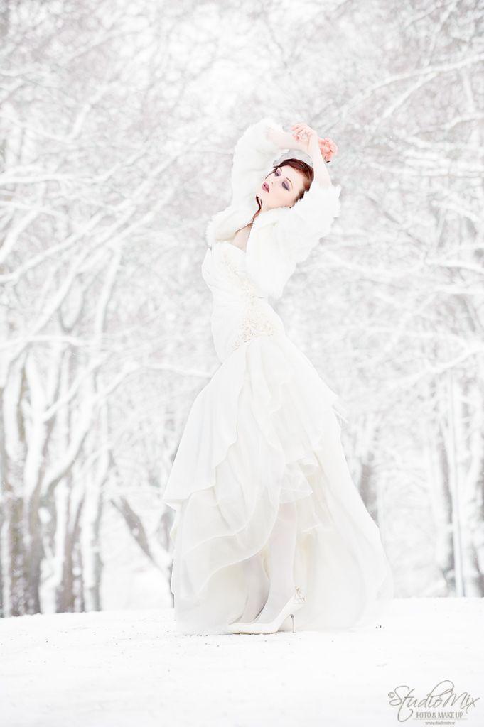 Vi har ju fallit för att fota just bröllopsbilder och tycker det är så roligt. Efter kontakt med Olof som har Bridaldresses i Stockholm så fick vi låna ett antal brudklänningar att fota i både för hans räkning och att göra lite sessioner i.  <br/>Denna helg vi skulle fota Sarah hade vi turen att snön fallit och då tvekade vi inte att fråga henne om vi även kunde ta brudbilder. Vi har en vacker allé hos oss både vinter som sommar och valet var givet att vi skulle fota just där.  &l...