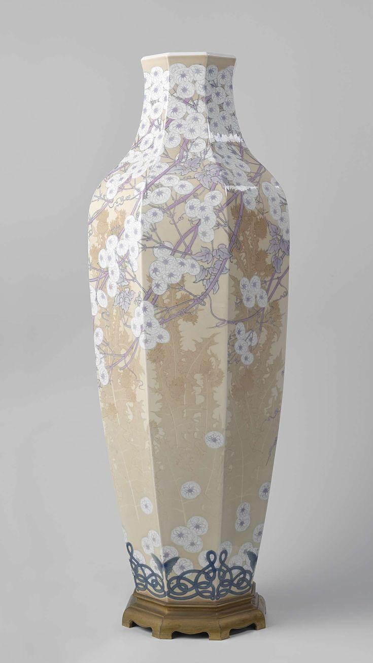 Manufacture de Sèvres | Vase, Manufacture de Sèvres, Léonard Gébleux, 1908 | Voet van verguld brons behorende bij een vaas (A) met een decor van clematis en distels.  De voet is van Chinese vorm.