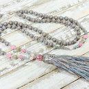 Lange Kette mit böhmischen Glasperlen, Holzperlen, Seed Beads und Metallperlen. Anhänger ist eine handgefertigte Quaste aus Seide, Baumwolle & Synthetik mit filigraner...