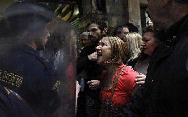 ΥΠΟΥΡΓΕΙΟ ΟΙΚΟΝΟΜΙΚΩΝ: Αστυνομικοί απώθησαν τις καθαρίστριες και επικράτησε ένταση