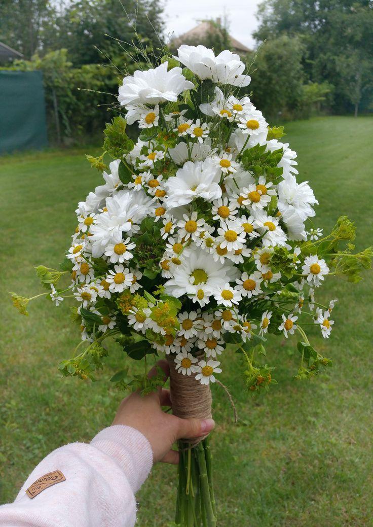 Svadobná kytica aranžovaná k téme lúčne kvety. #weddingflowers #bridalbouquet #daisies #vintagestyle #slovakia #kvetyexpres