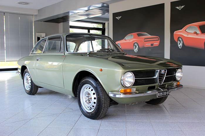 Alfa Romeo - GT 1300 Junior - 1971  1971 Alfa Romeo GT 1300 JuniorGEGEVENS:- Motortype: 00530- Chassisnummer: AR 1264704- Keuring: Geldig tot 2018- Kentekenplaten en documenten: Italiaans- Afgelezen kilometerstand: 49.354 Km- Eigenaren: 4- Motor: 1300 cc- Kleur: - Metallic olijfgroen- Staat van de onderkant: gezonde originele bodem(platen) BESCHRIJVING:De Alfa Romeo GT (Giulia Sprint GT) werd geïntroduceerd in 1963 met de lastige taak om de Giulietta Sprint te vervangen. Meesterlijk…