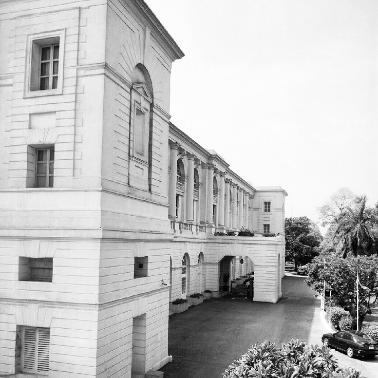 Maidens Hotel is one of Delhi's oldest hotels, built in the early 1900s, and has retained its colonial charm and architecture. Late 19th century architectural elegance is reflected in the classical rooms and the elegant restaurants.