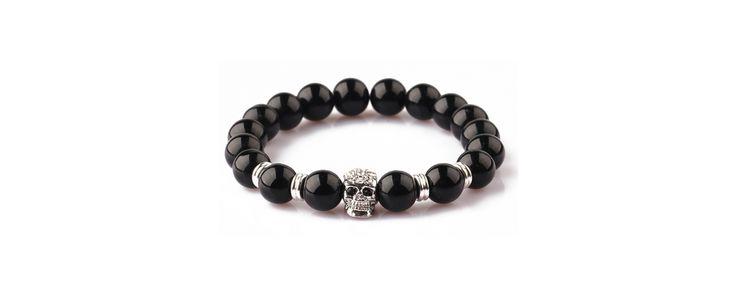 Rugalmas szálra fűzött fekete achát karkötő ezüst koponyával