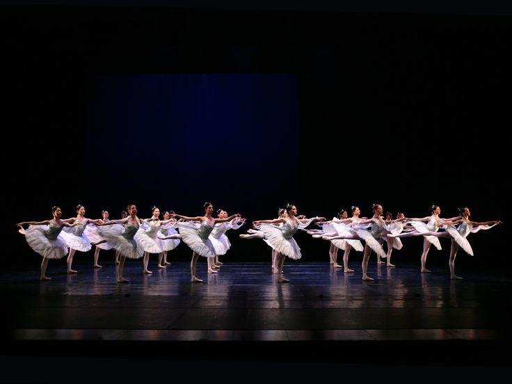 https://flic.kr/p/naHMKr | La Bayadère, The Kingdom of the Shades | Koninklijk Ballet Vlaanderen in La Bayadère by Cynthia Harvey (after Marius Petipa) © Hans Gerritsen