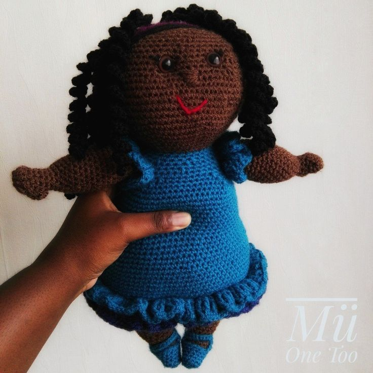 Miss Ruby... la mignonne poupée potelée et ses longues boucles. Tout simplement adorable  Elle est réalisée avec un fil de laine synthétique, rembourrée de fibre synthétique et est lavable en machine à 40°C. Elle mesure environ 42 cm.   Miss Ruby est inspirée d'un patron de Miss Hook. Chaque poupée est réalisée à la main par mes soins. Il peut donc y avoir de légères variation d'un modèle à l'autre.   Merci de votre visite Mü One Too! ♥