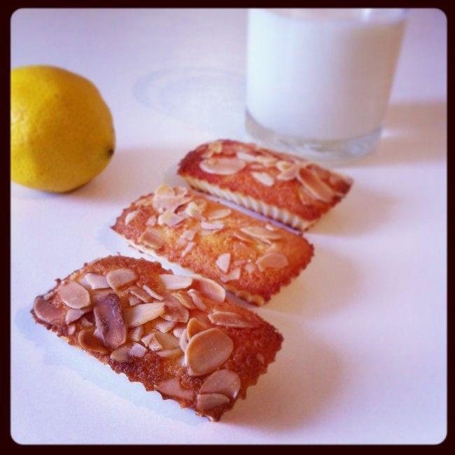 Bonjour, Une délicieuse recette facile et rapide à réaliser. Parfumé au citron mais en conservant les amandes pour éviter l'amertume. Un régal! Pour une vingtaine de petits financiers : - 75g de poudre d'amandes - 75g de sucre en poudre - 75g de sucre...