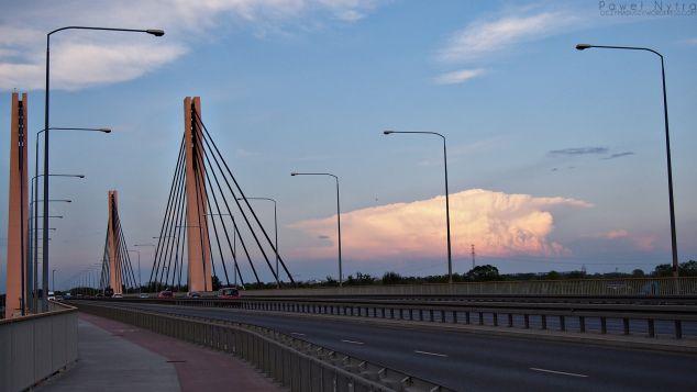 Most Milenijny wieczorem