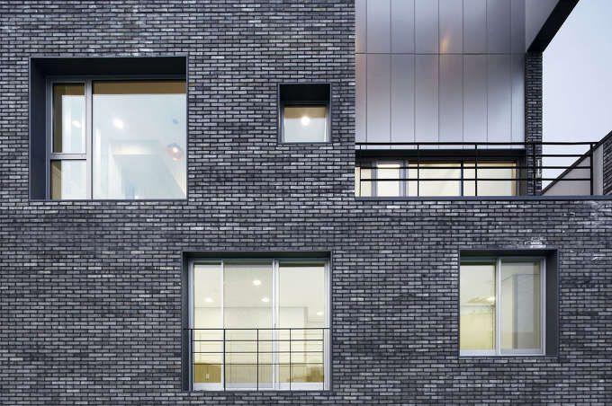 이번 프로젝트는, 지대와 그 주변을 둘러싸고 있는 환경과의 관계에서부터 시작되었다. 3층 높이의 빌딩들로 채워진 작은 규모의 주택 단지에서 주변 환경과의 조화를 이룰만한 프로젝트를 어떻게 구성할 수 있을까? 주어진 문제에 따라 프로젝트는 독립적인 볼륨에 따라 나눈 다음 그 볼륨을 다시 재결합의 과정으로 진행하였다. 여러게의 볼륨으로 나눈다는 것은 하나의 덩어리라는 비교적 물질적인 사이즈를 극복하기 위한..