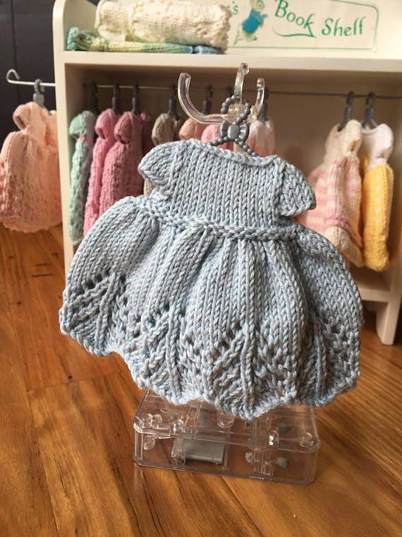 Deze mooie jurk is hand gebreid in een mooi kantwerk met behulp van een zacht garen van 100% katoen. Er is een kleine knop die is gekoppeld aan de jurk, maar het kan gemakkelijk worden verwijderd zodat het geschikt is voor jonge kinderen. Deze jurk past onze hand gebreide beren die ongeveer 23cm hoog (9inches zijn). (Zie onze andere aanbiedingen) Jonge kinderen zullen aanbidden dressing van hun favoriete beren. Dit zou een mooie, one-of-a-kind gift maken. Shipping is gratis voor dit…