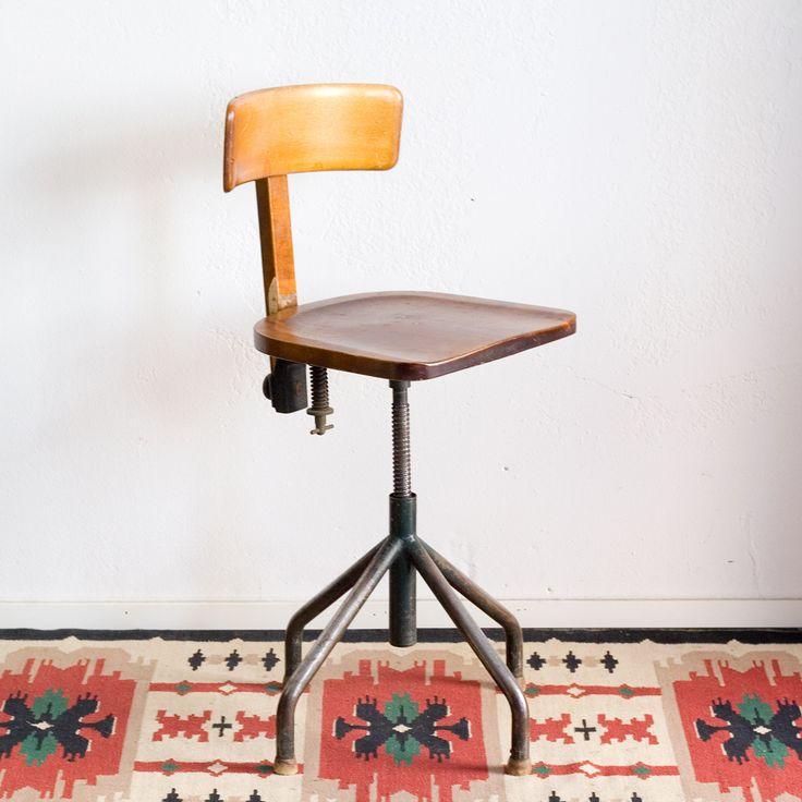 Kaunis ja hyvässä kunnossa oleva vanha työtuoli. Metalliosat tummanvihreät, jalkatassut ovat puuta. Istuinkorkeus säädettävissä, 43cm-57cm lattiasta. Joustavan selkänojan korkeus myös säädettävissä. #habitare2014 #design #sisustus #messut #helsinki #messukeskus