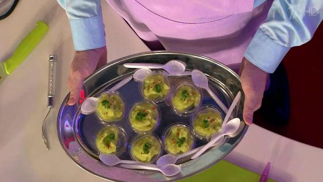 Рецепт блюда из кабачка и картофельного пюре: Приготовить обычное картофельное пюре (без молока и масла). Размельчить кабачок в блендере и удалить лишнюю влагу. Смешать пюре из кабачка и картофельное пюре в равных пропорциях. Не солить, добавить немного листьев тимьяна и перца чили.