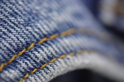 How to Fade Jeans With Rit Color Remover