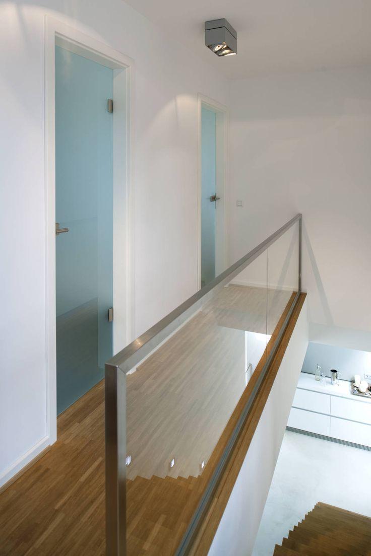 Modernes Einfamilienhaus in Essen : 모던스타일 복도, 현관 & 계단 by Stockhausen Fotodesign